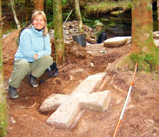 Ho fann krossar i kvernsteinsbrota! Arkeolog Irene Baug under utrgraving i Hyllestad. Foto: Astrid Waage.