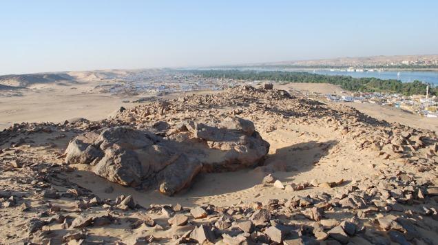 Gammalt skubbesteinbrudd ved breddane til Nilen i Aswan