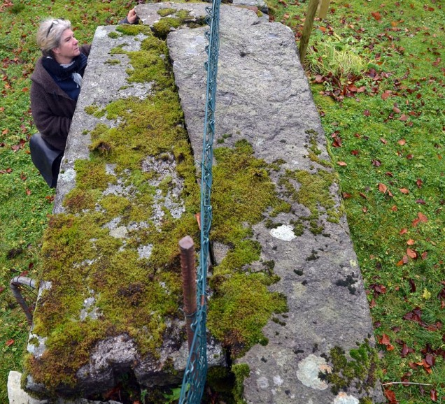 Gravheller frå mellomalderen på den gamle kyrkjegarden i Hyllestad. Dei er gjenbrukte som overliggarar i kyrkjegardsmuren.
