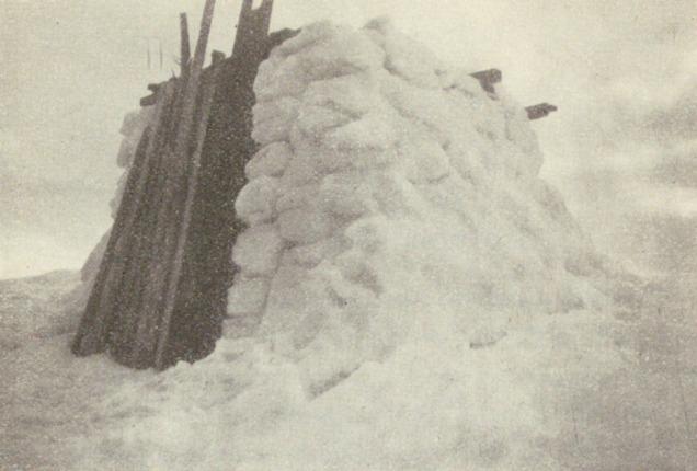 """""""Hoggarhus"""" i Selbu. Det var kaldt å bryte og hogge kvernstein på fjellet i Selbu i gamle dagar. Snøhytter vart løysinga! Foto fra Rolseth 1947."""