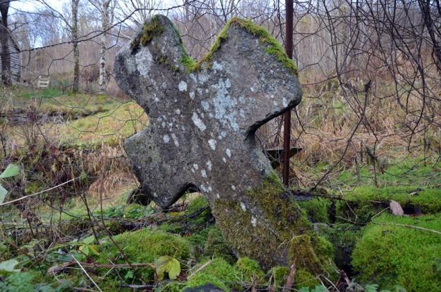 I Hyllestad lå ei kyrkje i mellomalderen, truleg bygd i tre. I dag er det inga kyrkje her, men ein kyrkjegardsmur, krossar og gravplater som fortel om makta til den litle landsens kyrkja – også om makta ho hadde over kvernsteinshogginga.