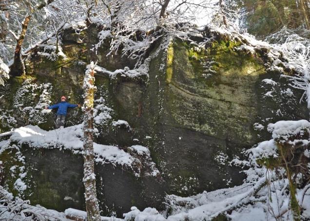Eit stort kvernsteinsbrot på Myklebust i Hyllestad. Folk druknar i veggen!