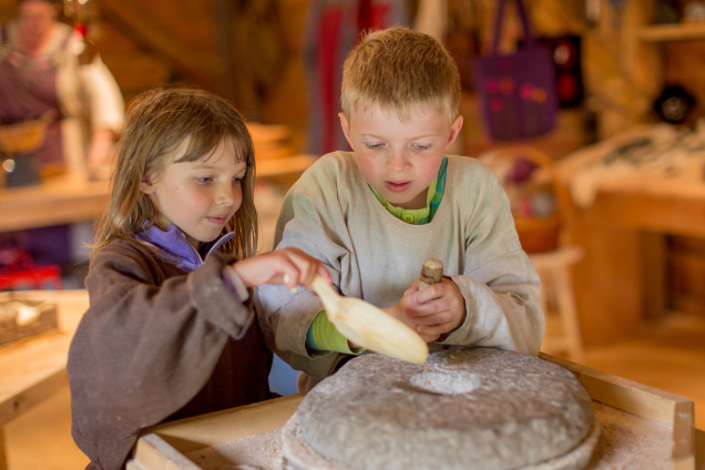 Making flour by the rotary handquern
