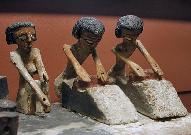 Kvinner maler korn med skubbekvern for 4000 år sidan i Egypt. Modell, nå i Louvre, Paris.