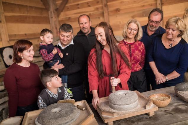 Kornmaling med handkvern - som for 1000 år sidan