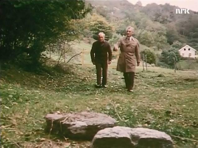 Frå Norge Rundt på NRK i 1977: Her ser vi Oskar Rønneseth fortelje programleiar Gustav Moberg – «den malmfulle NRK-røysta» – om dei store kvernsteinsbrota på Rønset (Screenshot NRK).