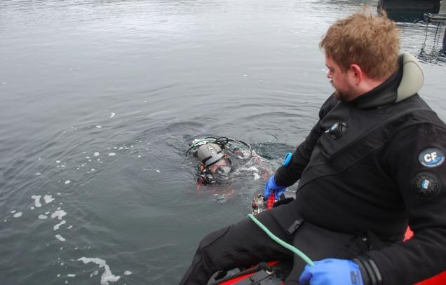 Thomas Bjørkeland på nytt dykk. Tord Kristian Karlsen er «HMS-ansvarleg» - med livlina!