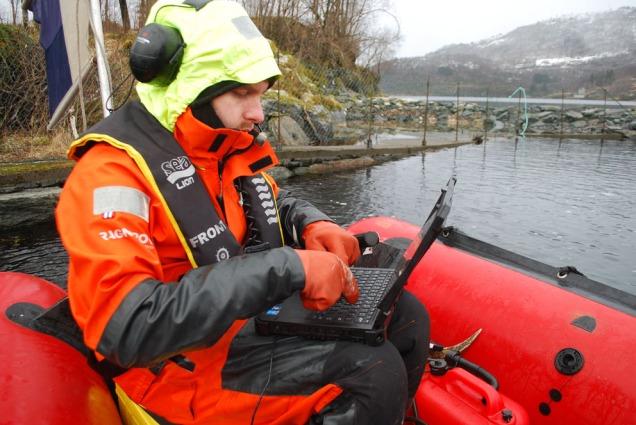 Eirik Herdlevær med hardfør datamaskin og GPS: Logging av funn i Myklebustfjøra i eit utriveleg ver.