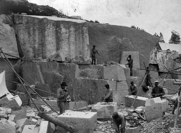 Frå N. S. Beer & Cos. granittbrot ved Iddefjorden, her rett over på svensk side, truleg kring 1900. Foto: ukjend, i NGUs fotoarkiv