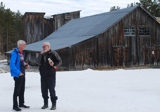 Torbjørn Løland og Kjell Voldheim ved eit av Noregs mest spesielle industrikulturminne: Saghuset på Sagflaten ved Sel. Foto: Per Storemyr