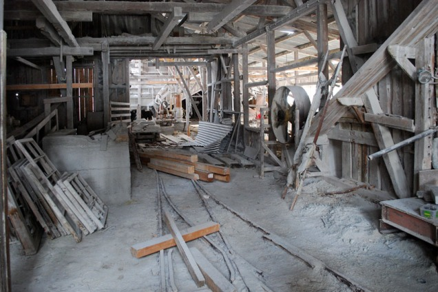 Inne i et kråkeslott der kleberstøvet ligg tjukt: Saghuset på Sagflaten i Sel. Foto: Per Storemyr