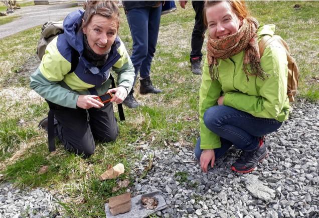 Ein kan også drive Citizen Science med gammal kalkproduksjon! Martina og Julia leskar Hyllestadkalk.