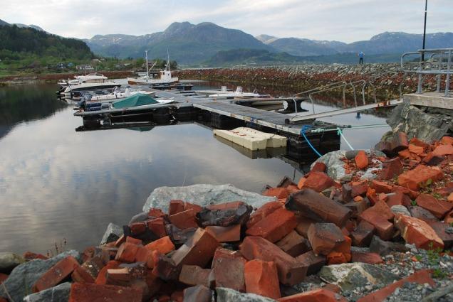 Hamna og moloen i Vårdal i dag, bygd med store mengder vrakstein frå teglverket.