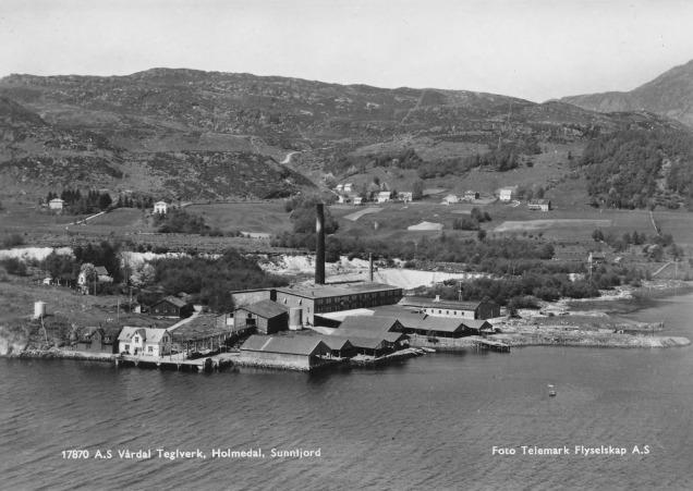 Vårdal teglverk i glansdagane, truleg på 1950-talet. Foto: Telemark Flyselskap AS, frå nettsida til Helle kulturverk