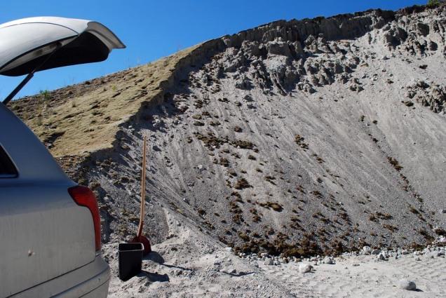 Bilen vert fylt opp med eit lass med sand for testing. Seinare kjem vi att for å hente meir.