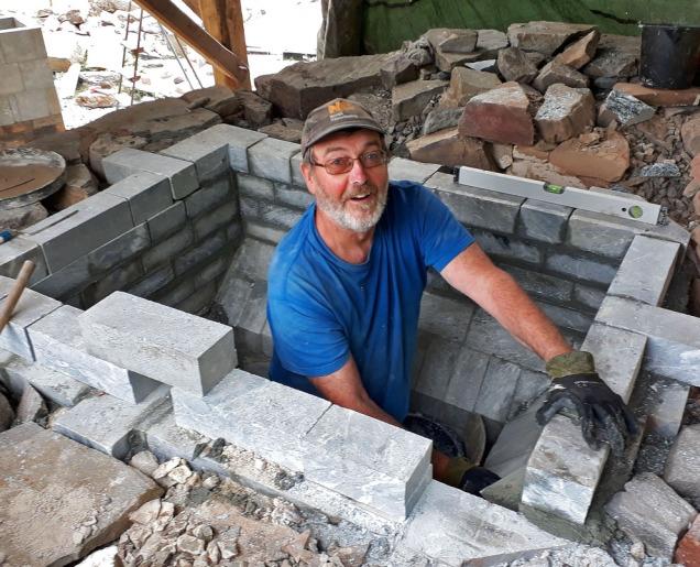 Bygging på dugnad etter at dei nasjonale kapasitetane er reist: Kjell Magnar Myklebust i aksjon. Det vert bra!