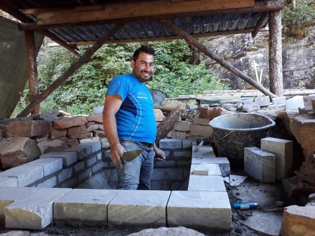 Vi fekk hjelp av ein god murar frå Syria, Abdulrahaman Rogava, som er busett i Hyllestad.