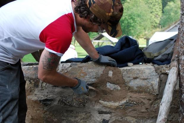 Bjørn Idland frå Stavanger murar med kalkmørtel på kalkomnen i Hyllestad.
