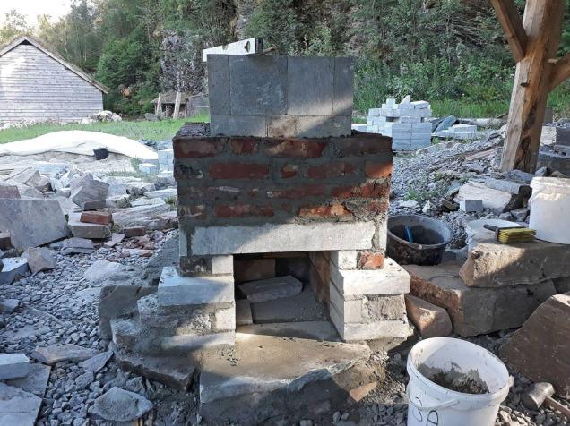 Kledning i vraktegl fra teglverkstomta i Vårdal (Askvoll) omkring fyllingskammeret som er laget av kleberstein