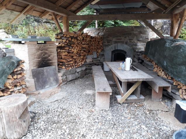 Klar for brenning i Miniovnen: Ved er på plass og ovnen er forvarmet for å drive av fukt.