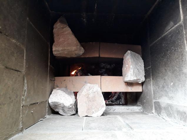 Før vi fylte på med kamskjell benyttet vi marmorbiter for å «lukke» åpningene mellom «hvelvribbene».