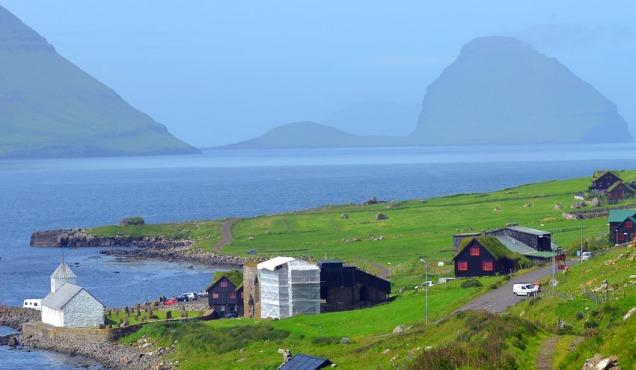 Domkirkeruinen på Kirkjubøur, Færøyene (med stillas). Kirken er bygd med mørtel fra skjellbrenning.
