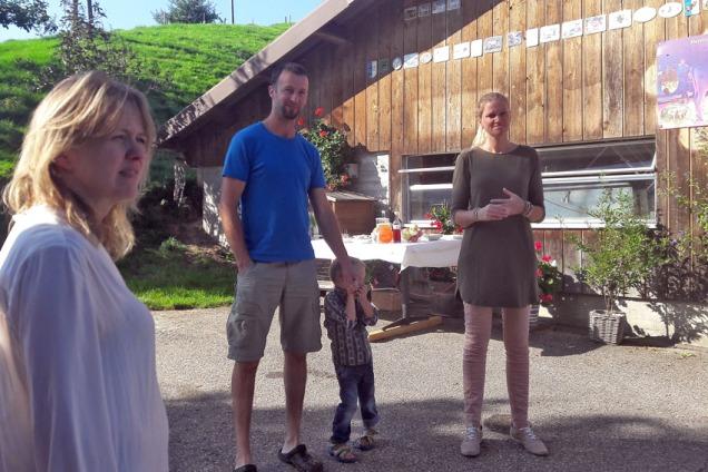 Erich og Jole Unternährer med sine 5 barn driver den økologiske garden «Hof» i Romoos i Entlebuch og lever m.a. av gardsturismen. Unge familiar frå byen ferierer på garden og opplev gardsdrifta og naturen på nært hald: Foto: Franziska Rüttimann