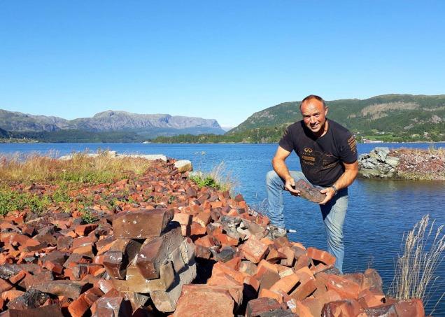 Oddvin Kverhellen samler vraktegl fra moloen ved den gamle teglverkstomta i Vårdal.