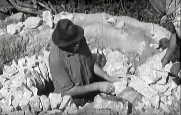 Bygging av brennhvelv i kalkovn. Skjermdump fra en eldre, rumensk film (se under)