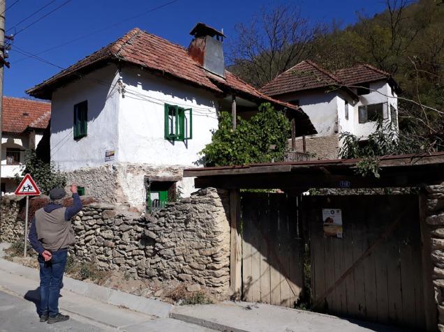 Gammelt hus i Podeni som restaureres med bruk av den lokale kalken.