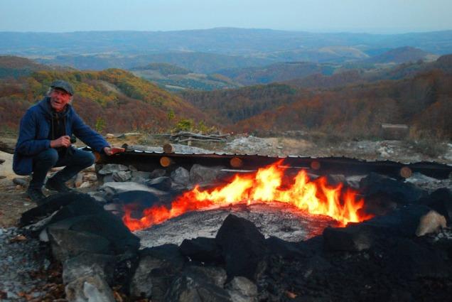 Terje varmer seg etter at flammene har slått gjennom ovnen (3. døgnet).