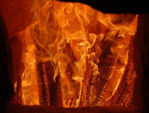 Den oppreiste veden brenner lystig i ovnen.