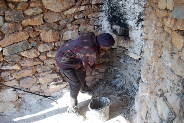 Ekstra tetting av murverket rundt åpningen med kalkmørtel etter ca. ett døgns brenning.
