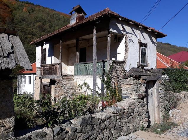 Tradisjonelt hus i Podeni. Steinbygd underetasje, tømret over. Alt pusset med leire og kalket