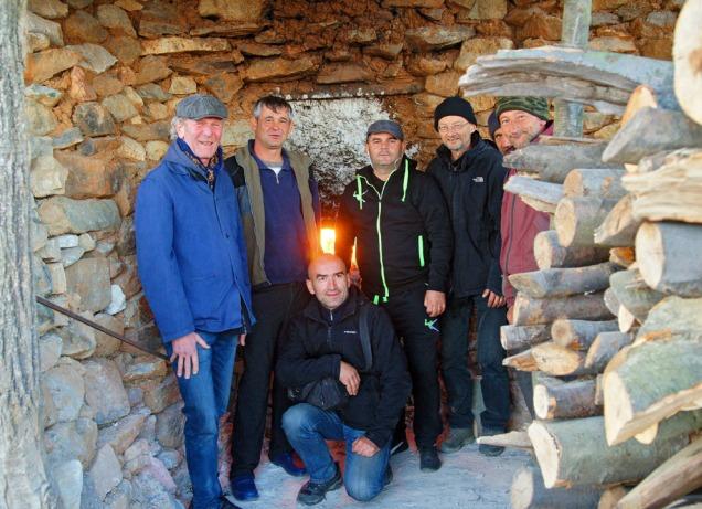Foran en brennende ovn, slik det har vært i 2000 år. Fra venstre: Terje, Ghita, Pirvu, ordfører in Podeni, Per, Florescu og Niculae. Foto: Sønnen til Ghita