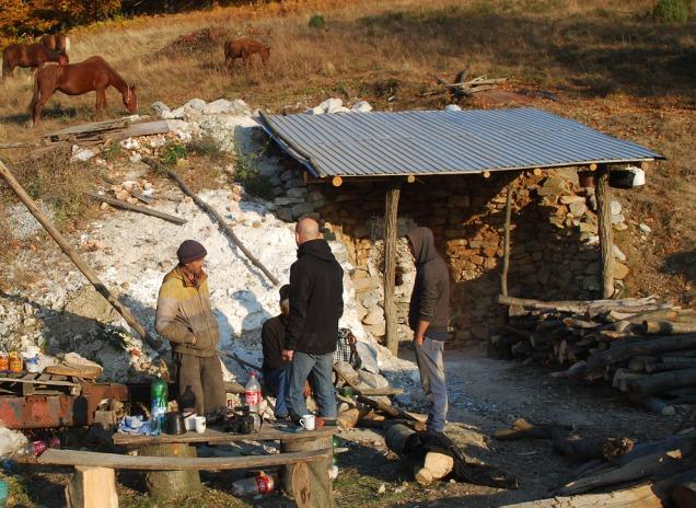 Kalkovnen i Podeni er i sin helhet gravd inn i en skråning og foret med naturstein.