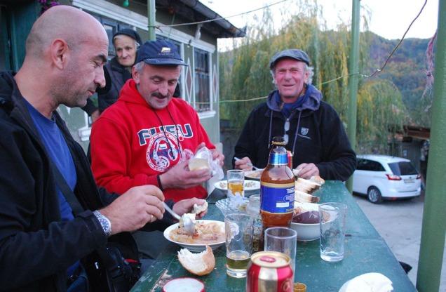 Middag hos vise-ordføreren i Podeni. Pirvu (t.v) og Terje (t.h.) nyter godsakene. Det var nok gamlemor på 80 (i bakgrunnen) som fikset det meste.