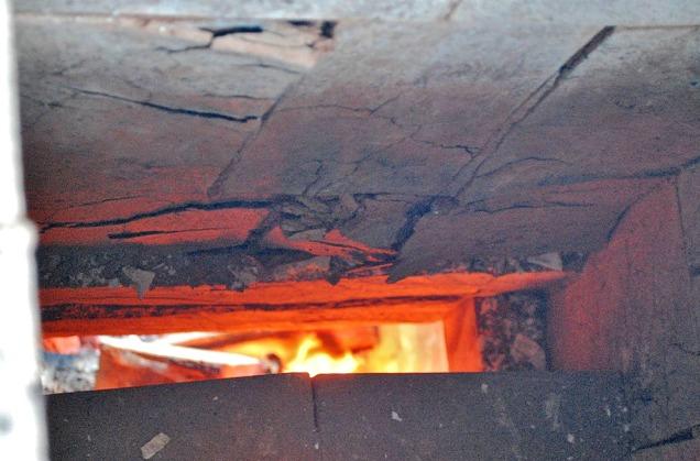 Store skader på klebersteinen i fyllingskammeret etter brenningen av kamskjell i september 2018.
