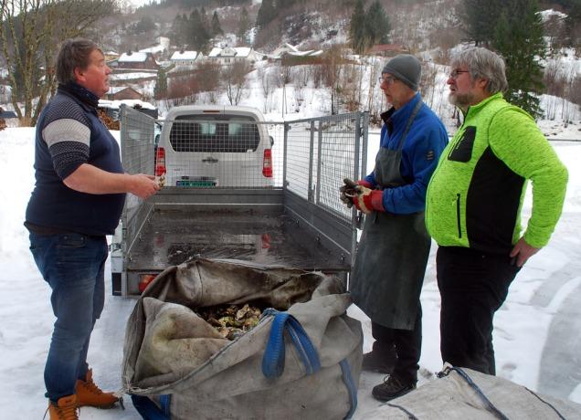 Trond Sveen (t.v.) nettopp ankommet med to storsekker østers, i livlig passiar med Atle Ove Martinussen (t.h.) og Torbjørn Løland.