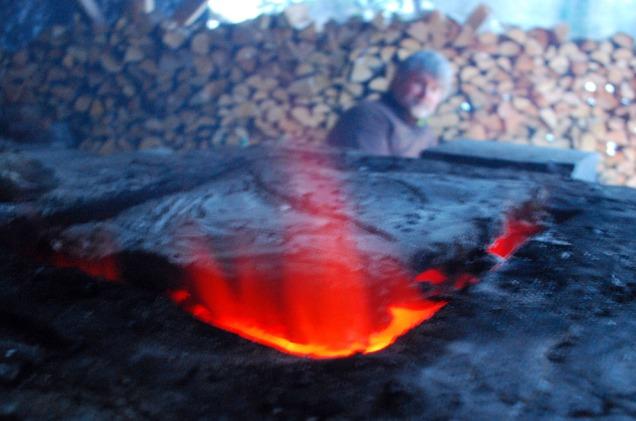 Fortsatt fin glød i ovnen etter at et lok av leire er lagt på for å holde på heten.