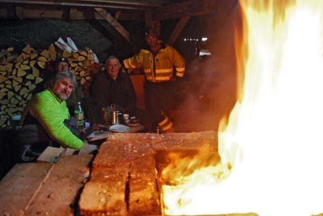 Flammene har kommet gjennom ut på kvelden. Etterpå ble det bare verre. Kalkbrennerne Atle, Torbjørn, Leif og Kåre fortsatt optimistiske!