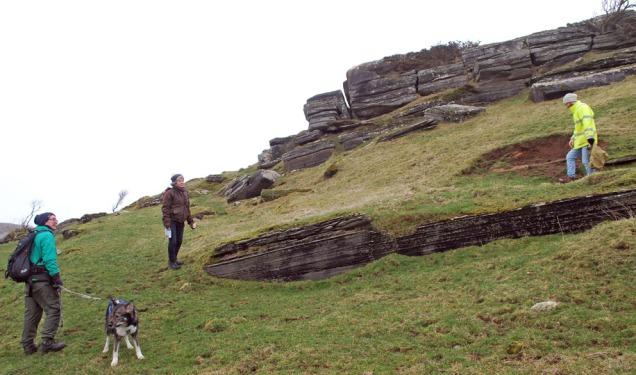 """Marmorjakt på øya Hagøyna i historiske Hafrsfjord i Rogaland. Her er det tynne """"benkar"""" av kalkspatmaror. Men her er det ikje mogleg å bryte marmor. Her er fuglereservat og mange kulturminne."""