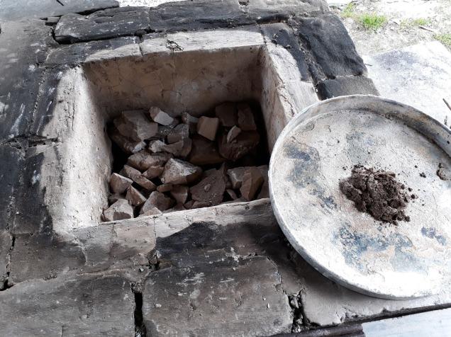 Uttak av stein fra ovnen to dager etter brenningen. Vi testlesket på et brett mens vi tok ut stein. 3/4 av marmoren var gjennombrent