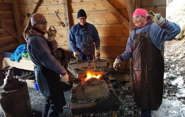 Smiiing er et av håndverkene 7. klassingene lærer i Kvernsteinsparken. I bakgrunnen smed Kjetil Torvund ved blåsebelgen (Foto: Hyllestad skule)