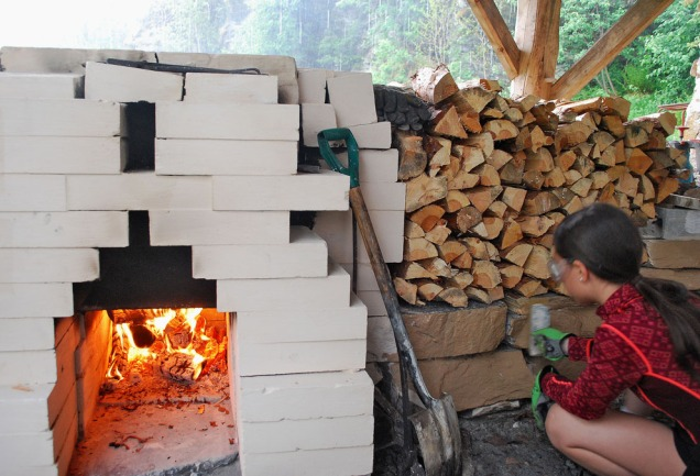 Vilde bruker deler av brennvakta si til å kalke murene omkring ovnen