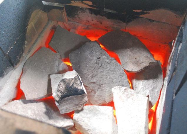Ved slutten av brenningen var temperaturen så høy at nesten all sot var brent vekk fra toppen av ovnen. Nå hadde vi nådd 900 grader under de små marmorplatene