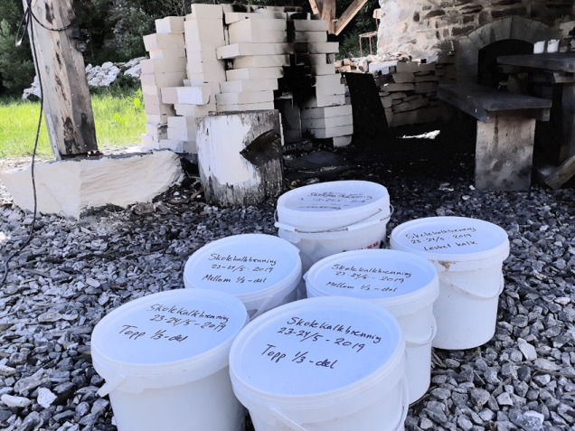Mer enn 50 kg brentkalk, Hyllestadkalk av beste sort, pakket i plastbøtter for bruk lokalt - eller i den store verden? Skolen og 7. klassingene gjorde det mulig