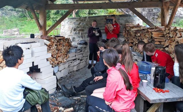 Fanfare! Kalkovnen er tent og Emma og Synne spiller opp for kalkbrennerne!
