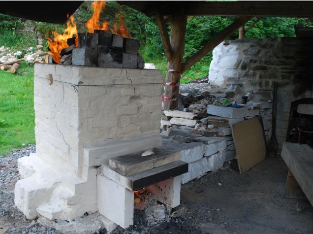 Kalkovnen brenner med det forlengede brennkammeret bygd enkelt med klebersteinsplater