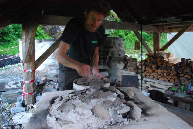 Matthias Rüttimann murer det tett med kalkmørtel på topplokket av små marmorplater - mens vi fyrer svakt for å ikke svi oss i varmen!